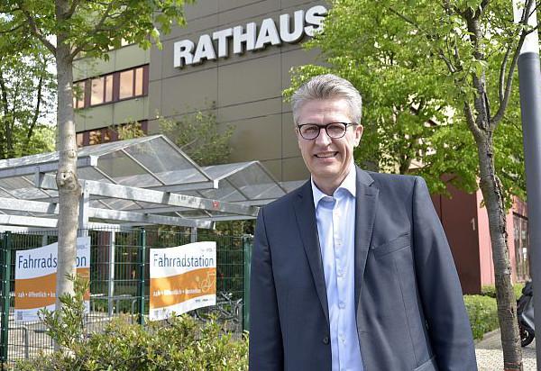 Bernd Schäfer vorm Rathaus